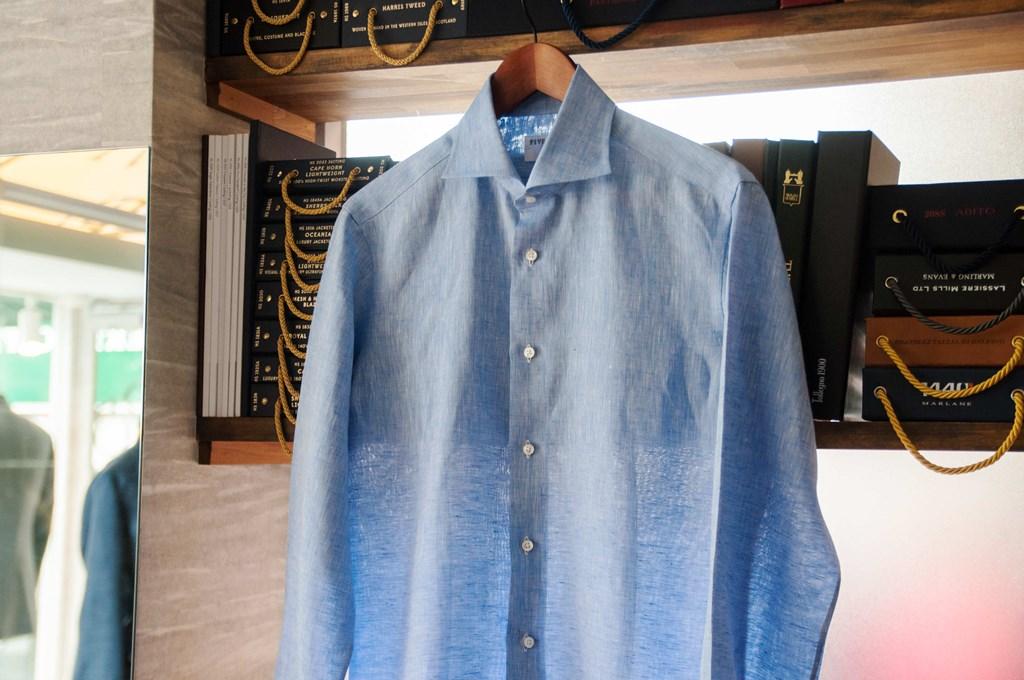 夏のリネンシャツ