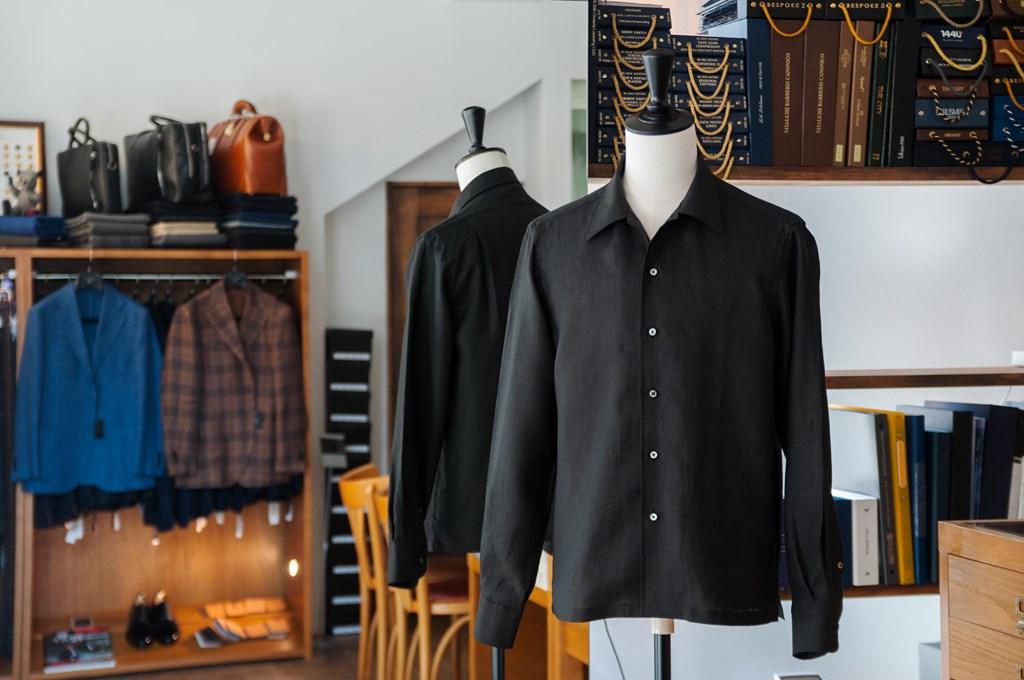 ブラックのリネンシャツ