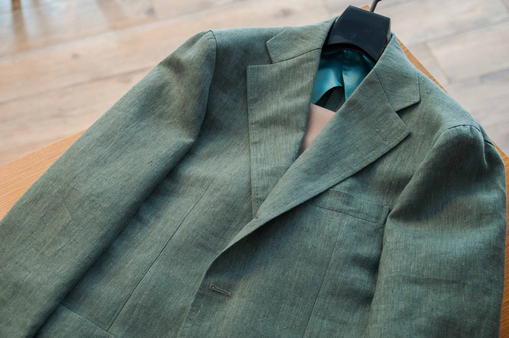 グリーンのカラージャケットで夏を楽しむ